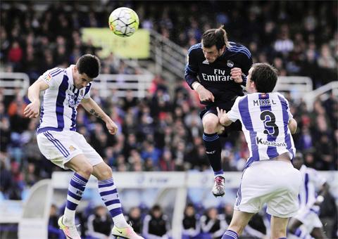 SAN SEBASTIAN: Real Madrid's Welsh forward Gareth Bale (C) vies with Real Sociedad's defender Yuri Berchiche (L) and defender Mikel Gonzalez (R) during the Spanish league football match Real Sociedad de Futbol vs Real Madrid CF at the Anoeta stadium in San Sebastian yesterday. — AFP