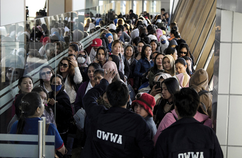 Many Filipino returnees still eye jobs abroad